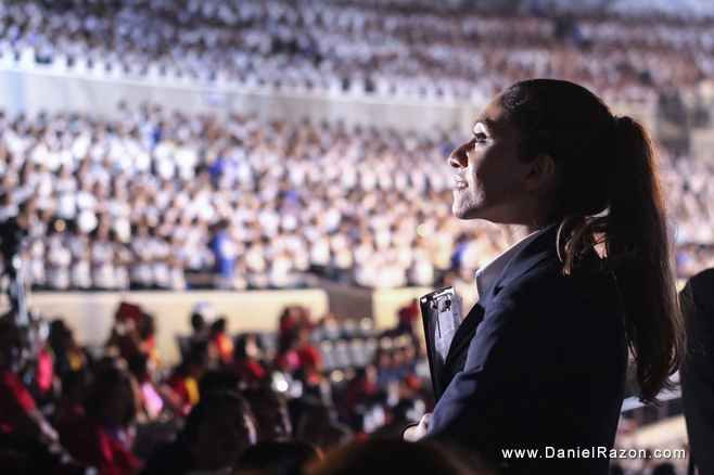 Guinness World Records adjudicator Ms. Fortuna Burke Melhelm watches the strong 8,688 choristers of Ang Dating Daan Chorale as they perform choreographed praise songs during the Ang Dating Daan 35th anniversary. (Photo courtesy of Photoville International)